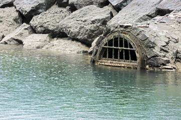 drain sewage contaminating water