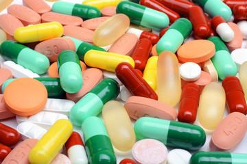 Viele bunte Pillen und Tabletten