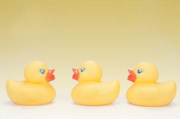 Tres patos de goma uno enfrentado