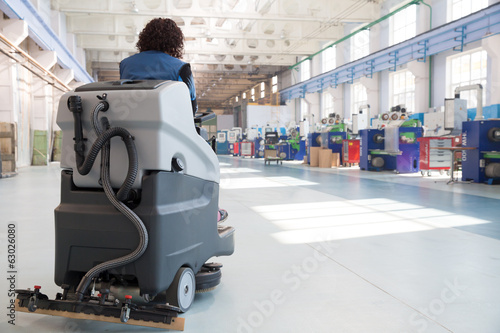 Leinwanddruck Bild Professional Cleaning Factory Floor with Washing Vacuum Cleaner