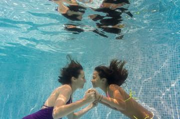 mère et fille jouant dans la piscine