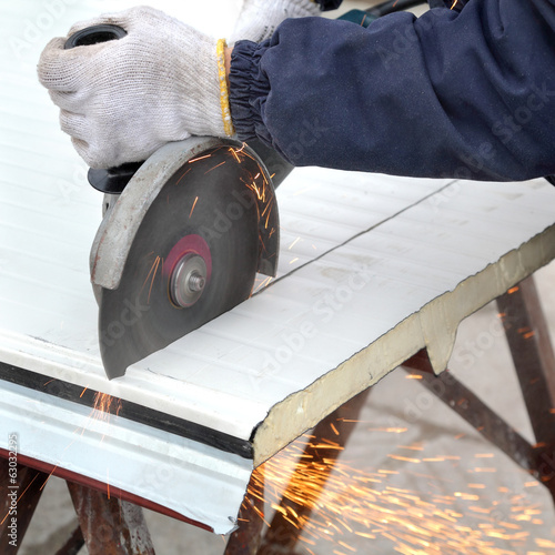 Insulated galvanized corrugated sandwich roof panel cut grinder