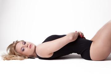 Jeune femme lingerie noire allongée sur le dos