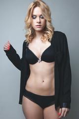 Détail corps jeune femme en lingerie noire