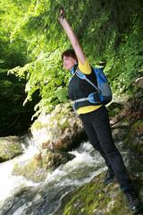 Wanderin an einem reißenden Fluss