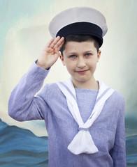 Niño con traje de marinero