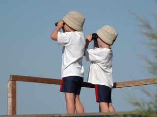 Kinder mit Fernglas