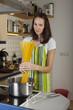Frau in der Küche beim Kochen