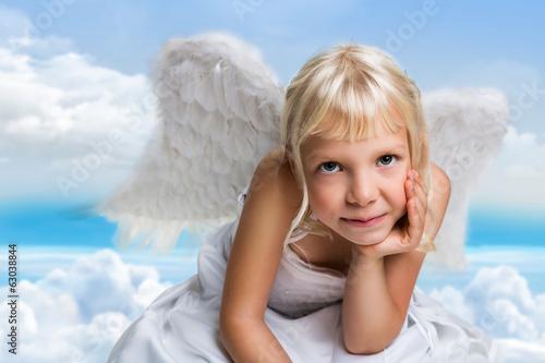 kleiner Engel über Wolken