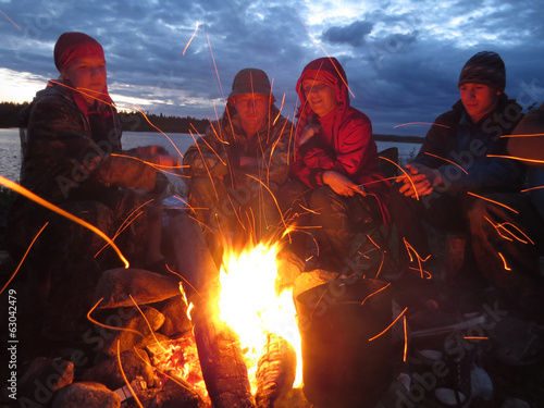 In de dag Kamperen Tourists are heated at a fire at night