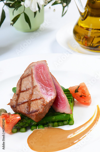 Tuna a grill with an asparagus