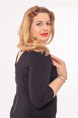 Schöne dralle Frau in einem schwarzen Kleid