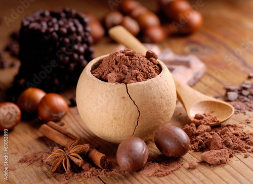 cacao in polvere nel piccolo contenitore di legno