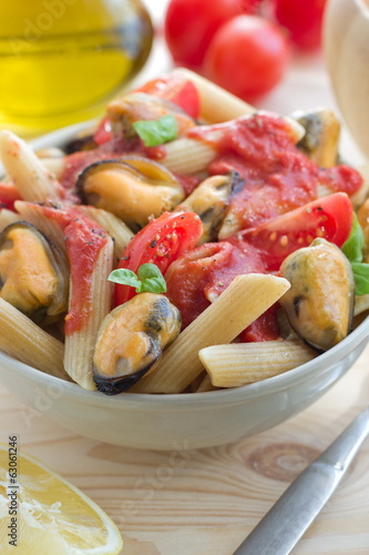 Wholegrain pasta with mussels and tomato sauce