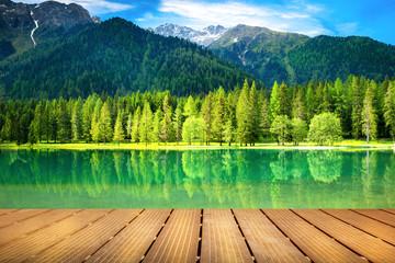 passerella di legno sul lago