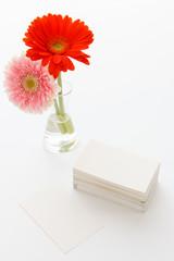 テーブルの上の名刺と花