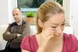 Frau weint bei Beziehungs-Streit mit Mann