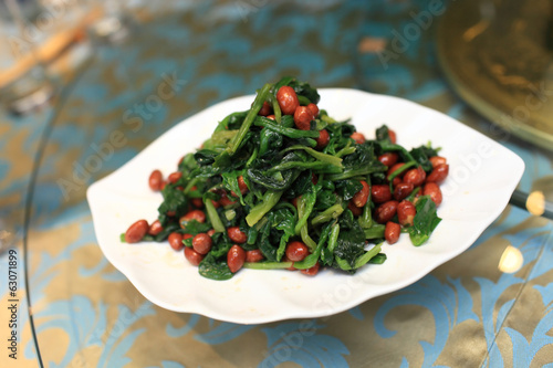 Spinach and crispy peanuts salad with aged vinegar