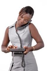 jeune femme composant un numéro avec le poste en main