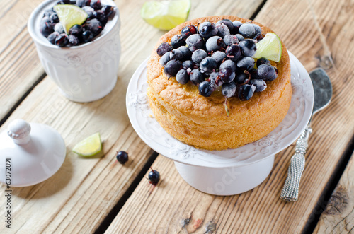 Sponge cake with berries