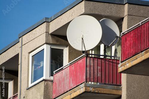 balkon mit satellitensch ssel von u gernhoefer. Black Bedroom Furniture Sets. Home Design Ideas
