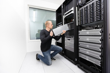 It technician replace blade server in datacenter