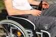 Bedürftiger im Rollstuhl mit Bierflasche