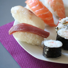 nigiri, uramaki e hosomaki su piatto_ sushi