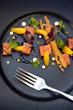 Salade de saumon, orange, feuilles et toast grillé