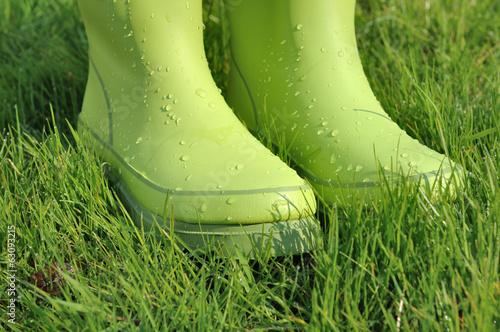 gouttes d'eau sur bottes en caoutchouc