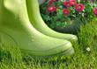 bottes en caoutchouc dans l'herbe