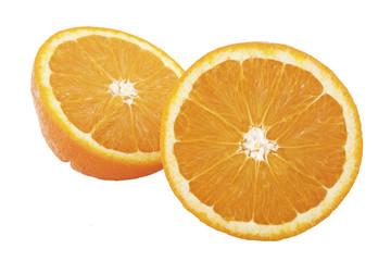 Naranja cortada aislada sobre fondo blanco