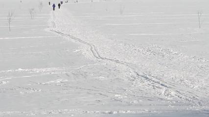 люди катаются на лыжах зимой