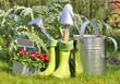 outils, arrosoir et bottes pour jardinage