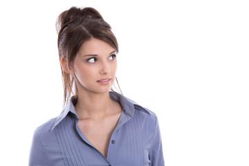 Hübsche junge Frau in Bluse blau blickt zur Seite