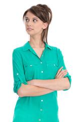 Frau jung und hübsch in Grün blickt skeptisch zur Seite
