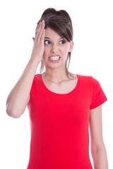 Junge verärgerte Frau in Shirt rot isoliert