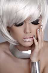 Beautiful fashion blond girl with White Short Hair. Manicured na