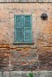 Facciata muro di mattoni e persiane, vecchia casa
