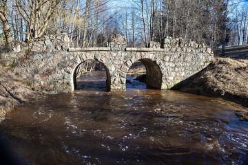 Ораниенбаум. «Руинный» мост через Карость в Верхнем парке.