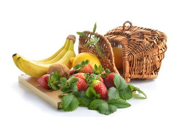 fragole su tagliere con banane_kiwi e limone