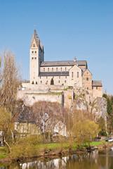 Die romanische Lubentius-Basilika auf dem Fels über der Lahn