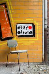 Stuhl mit Graffiti im Hintergrund