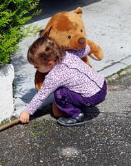 petite fille et sa peluche