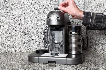 Kapsel in Kaffeemaschine einlegen