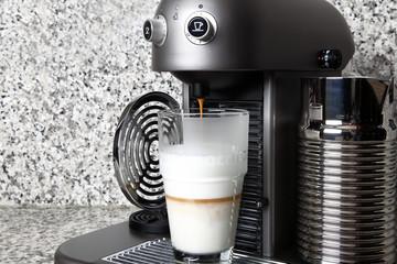 Latte macchiato herstellen Kaffee zuführen