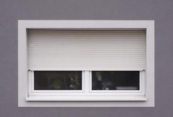 Modernisiertes Fenster mit Rollladen