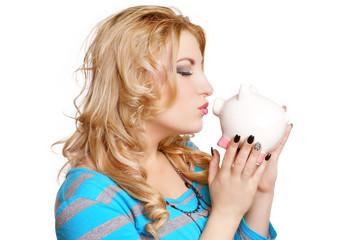 schöne Frau küsst ihr Sparschwein