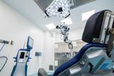 Studio dentistico, sala operatoria con strumenti medici - 63129285