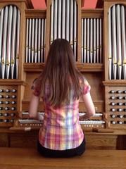 органистка играет на органе